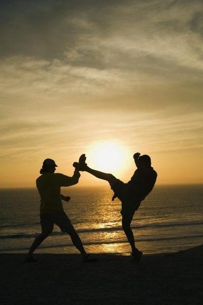 Melatih Kekuatan dan Kelenturan Tendangan dalam beladiri Karate